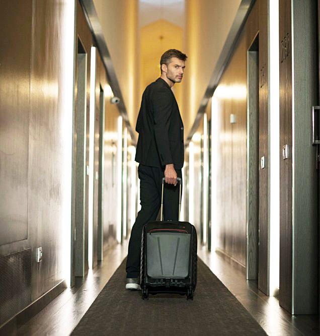 איש עם מזוודה