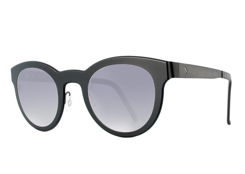 התאמת חליפה ומשקפיים